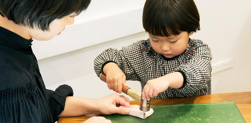 4c7ea81a13ed 「土屋鞄製造所」で開催されるワークショップは、ランドセルを作る職人たちの「ものづくりの喜びを子どもたちに伝えたい」という思いから始まりました。